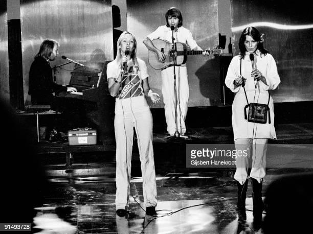 Abba perform live on the Dutch TV programme 'Een Van De Acht' on November 23 1976 LR Benny Andersson Agnetha Faltskog Bjorn Ulvaeus AnniFrid Lyngstad