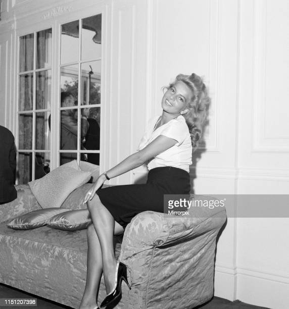 Abbe Lane, American singer and actress, in the UK to make a film for television, photocall, hotel, London, Thursday 6th August 1959. .