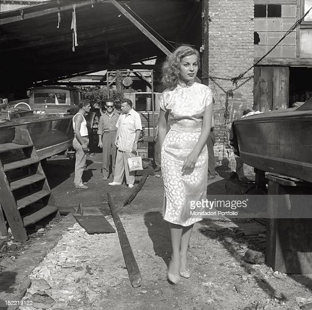 Abbe Lane is in a boatyard in the background it is possible to catch a glimpse of her husband Xavier Cugat who talks with the staff of the boatyard...