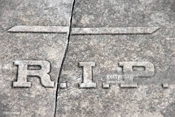 r.i.p. (rest in peace) abbreviation on a cracked granite tomb - 安らかに眠れ ストックフォトと画像