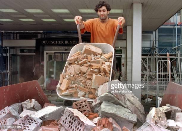 Abbruchmaterial aus dem früheren Abgeordneten-Hochhaus im Bonner Tulpenfeld wird am 12.8.1999 in große Container geladen. Im Regierungsviertel, wo...