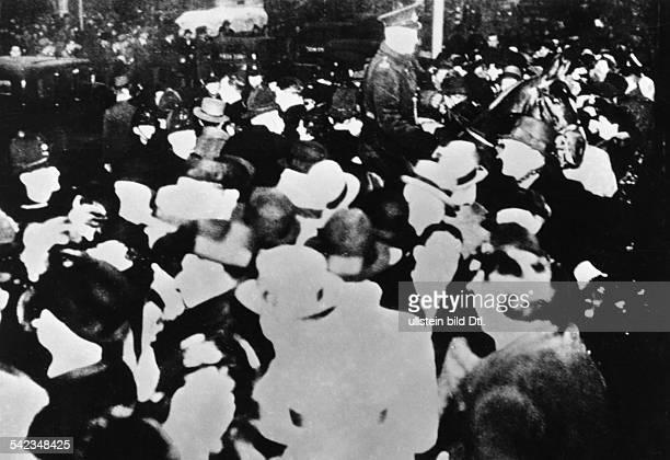 Abdankung von König Edward VIII. Von England am : Menschenmenge vor dem Parlamentsgebäudein dem der Premierminister vor dem Unterhauses die Erklärung...