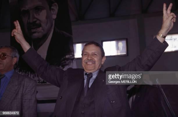 Abdelaziz Bouteflika bras levés en signe de victoire pendant la campagne pour les élections présidentielles en avril 1999 Algérie