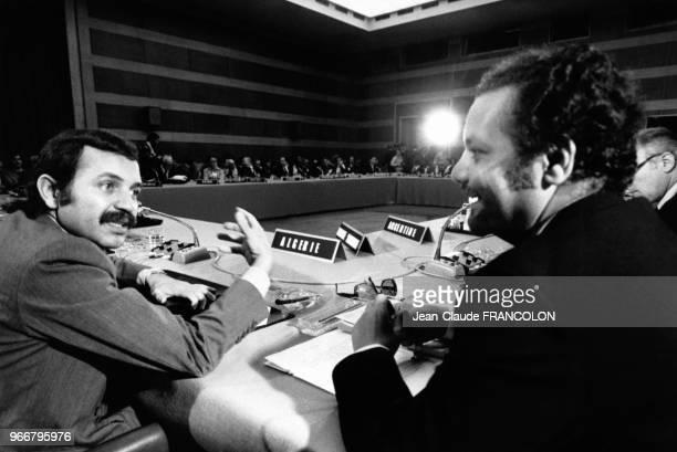 Abdelaziz Bouteflika et Ahmed Zaki Yamani à la conférence NordSud le 30 mai 1977 à Paris France