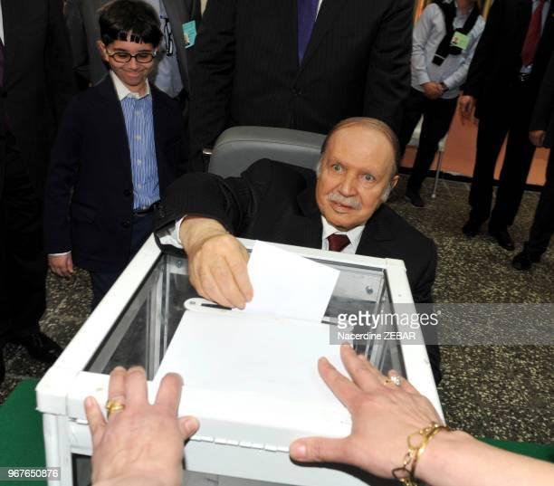 Abdelaziz Bouteflika vote lors des élections présidentielles à Alger Algérie le 17 avril 2014