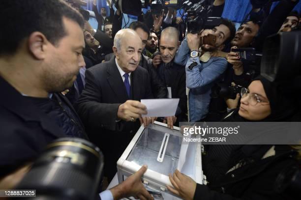 Abdelmadjid Tebboune dans un bureau de vote en 2012, Alger, Algérie.