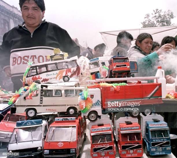 Abdon Rojas sells miniature cars and trucks for the Festival of Alasitas Abdon Rojas exhibe sus camiones y buses en miniatura el 24 de enero del 2000...
