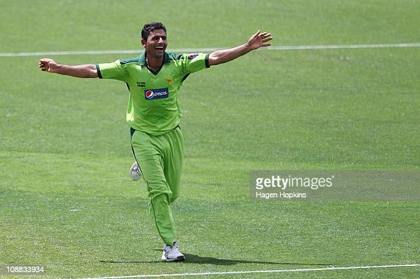 Abdul Razzaq of Pakistan celebrates the wicket of Ross Taylor of the Black Caps during game six of the one day series between New Zealand and...