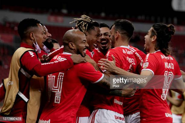 Abel Hernandez of Internacional celebrates after scoring the first goal of his team with teammates during a group E match of Copa CONMEBOL...