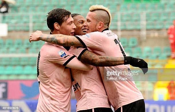 Abel Hernandez of Palermo celebrates with his team mates after scoring the opening goal during the Serie B match between US Citta di Palermo and US...