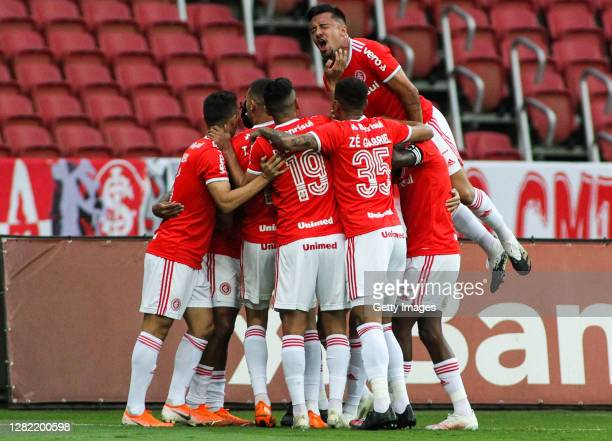 Abel Hernández of Internacional celebrates with teammates after scoring the first goal of his team during the match against Flamengo as part of...