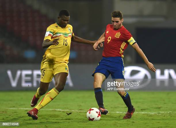Abel Ruiz of Spain and Abdoulaye Diaby of Mali vie for the ball during the second semi final football match between Mali and Spain in the FIFA U17...