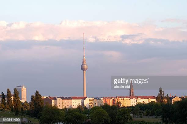 Abenddaemmerung ueber dem Mauerpark Skyline der CityOst Fernsehturm und Zionskirche
