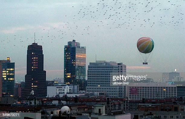 Abendlicher Blick auf den Potsdamer Platz Aussichtsballon und Vogelschwarm
