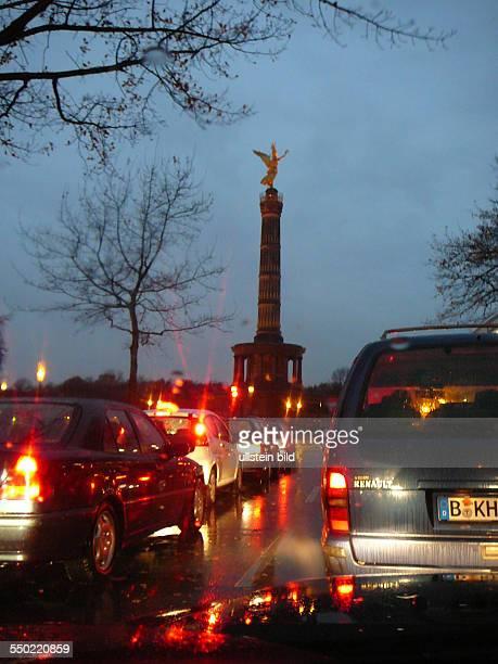 Abendlicher Straßenverkehr rund um den Großen Stern mit der Siegessäule in Berlin