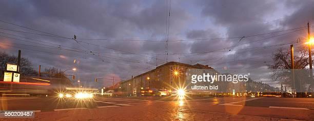 Abendlicher Verkehr an der Kreuzung Prenzlauer Allee Danziger Straße /Eberswalder Straße in BerlinPrenzlauer Berg