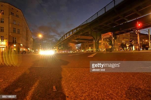 Abendlicher Verkehr an der Kreuzung Schönhauser Allee/ Danziger Straße in BerlinPrenzlauer Berg