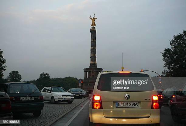 Abendlicher Verkehr auf der Straße des 17. Juni in Berlin