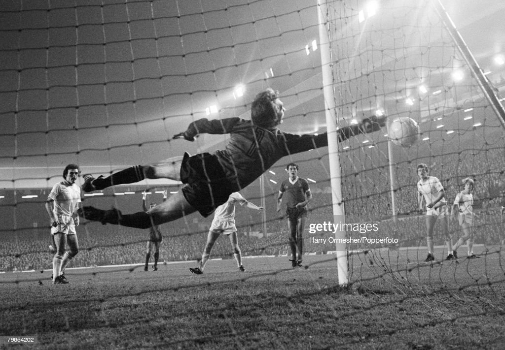 5th November 1980, Anfield, Liverpool, European Cup Second Round, Second Leg, Liverpool 2 v Aberdeen 0, Aberdeen goalkeeper Jim Leighton makes a flying save during the match : News Photo
