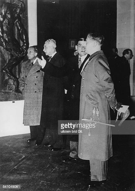 Abetz Otto *Diplomat D bei einem Rundgang durch die Jubiläumsausstellung zu Ehren von Claude Monet und Auguste Rodin in Paris im Gespräch mit dem...