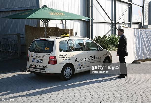 Abgedunkeltes Taxi mit Braut und Bräutigam am Hintereingang zur Skihalle Hochzeitsfeier nach standesamtlicher Trauung von Bräutigam Horst Lichter und...