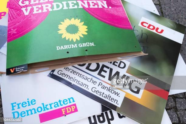 Abgehängte Wahlplakte von der FDP, Bündnis 90 / die Grünen und der CDU liegen in Berlin zur Entsorgung auf dem Gehweg