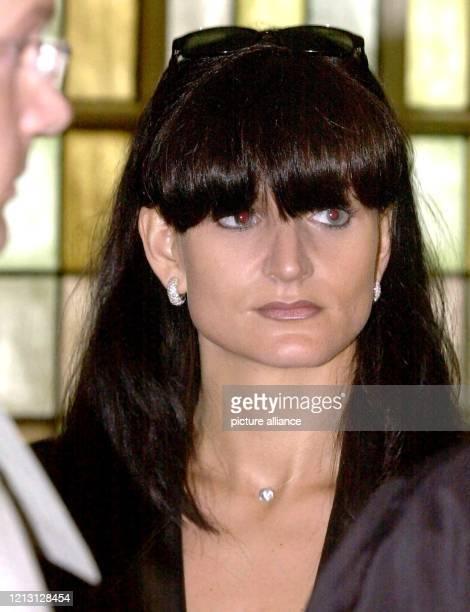 Abgeschirmt von Begleitern wartet Karin Sammer, Ehefrau des Dortmunder Fußball-Stars Matthias Sammer, am 11.9.2000 im Landgericht Hagen auf Einlass...