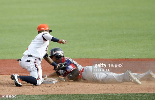 Abiatal Avelino Aguilas Cibaenas of Republica Dominicana is tagged out at second base by Alexi Amarista of Caribes de Anzoátegui of Venezuela during...