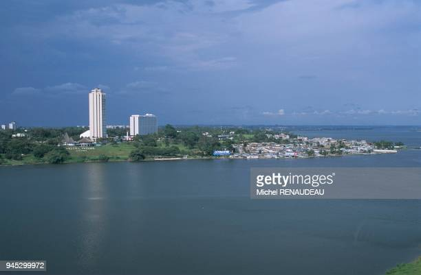 Abidjan la capitale de la cte d'Ivoire est situ au milieu de la lagune Ebri avec un accs direct la mer par le canal de Vridi 'Le Plateau' quartier...
