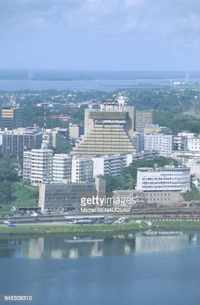Abidjan la capitale de la cte d'Ivoire est situ au milieu de la lagune Ebri avec un accs direct la mer par le canal de Vridi Le Plateau quartier des...