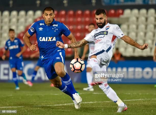 Abila of Brazil's Cruzeiro vies for the ball with Rodrigo Rojo of Paraguay's Nacional during their Copa Sudamericana 2017 football match held at the...