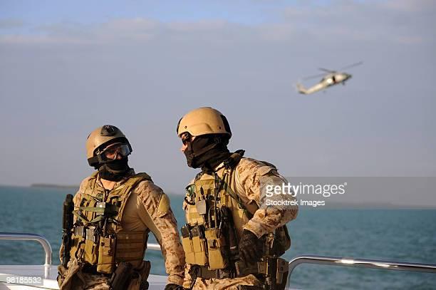 seals aboard a rigid-hull inflatable boat. - navy seals de los estados unidos fotografías e imágenes de stock