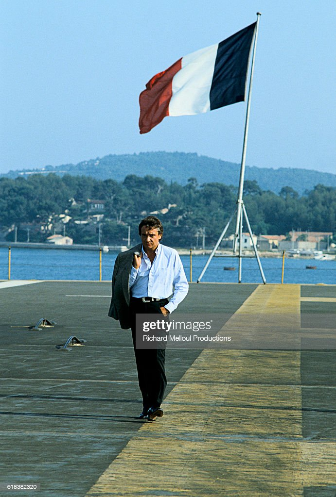 French Singer Michel Sardou Walking on Aircraft Carrier : Photo d'actualité