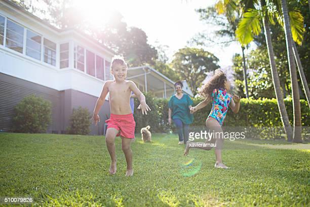 Aborigènes famille, profitant de la journée dans le jardin de la maison