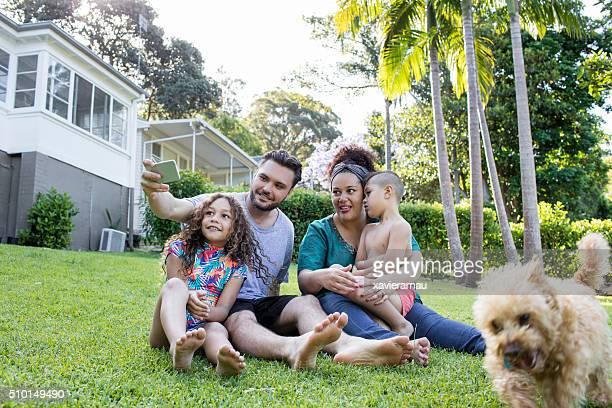 Aborigène Haing famille s'amuser dans le jardin