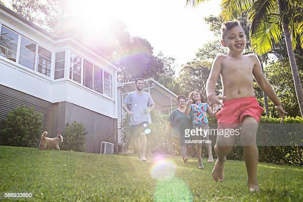 Aborigènes famille s'amuser dans le jardin de la maison