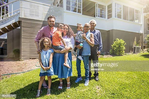 Aboriginal Retrato de familia en su casa