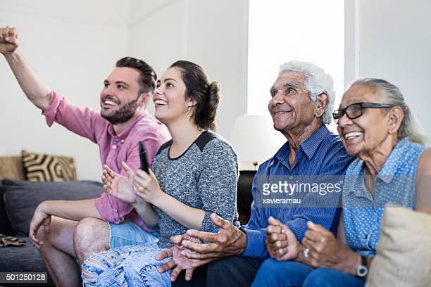 Aborigènes famille, regarder la télévision