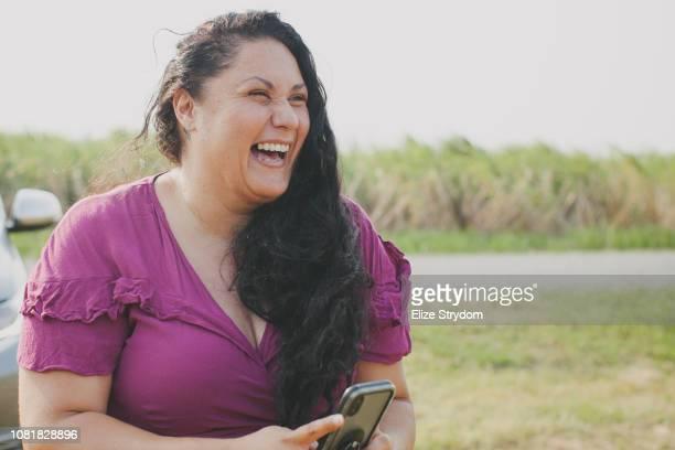 aboriginal woman using smartphone - mujeres de mediana edad fotografías e imágenes de stock