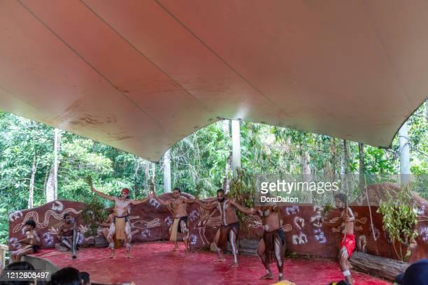 アボリジニの俳優は、オーストラリアのクイーンズランド州キュランダにあるジャプカイ文化公園で演奏します。 - クランダ ストックフォトと画像
