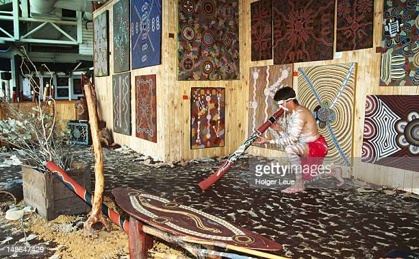 aborigine performing with didgeridoo, gavala aboriginal cultural centre. - arte, cultura e espetáculo imagens e fotografias de stock