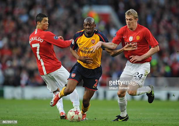 Abou Diaby of Arsenal battles for the ball with Darren Fletcher of Manchester United during the UEFA Champions League Semi Final First Leg match...