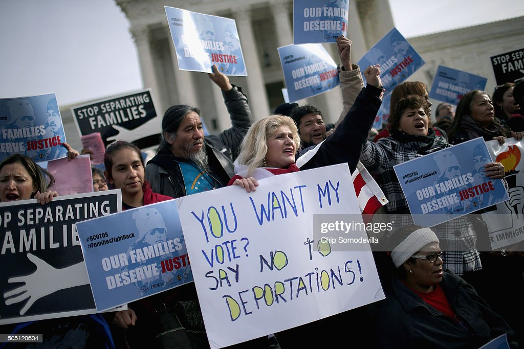 Immigration Activists Rally In Front Of U.S. Supreme Court : Nachrichtenfoto