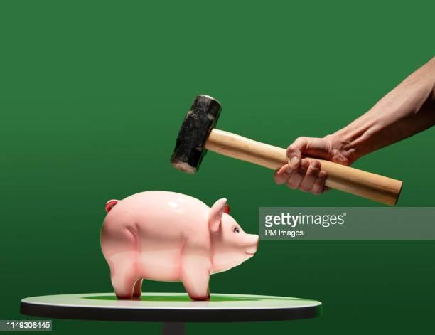 about to break open a piggy bank - 金づち ストックフォトと画像