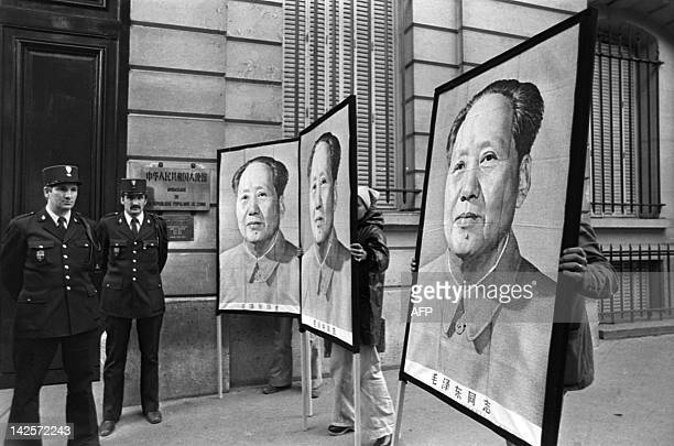 About two hundred people gather with big portraits of Mao Zedong in front of the Chinese Embassy in Paris 09 September 1976 to pay their last...