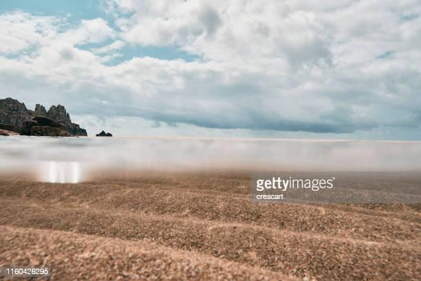 ペドン・ヴォンダー・ビーチの海面の上下、牧歌的な晴れた6月の日にコーンウォール。 - 浅い ストックフォトと画像