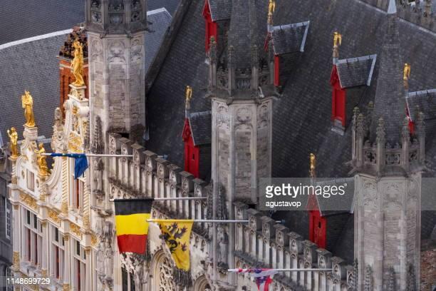 oberhalb des burgplatzes und des rathauses mit belgischer flagge und euro-flaggen – belgien - unesco welterbestätte stock-fotos und bilder