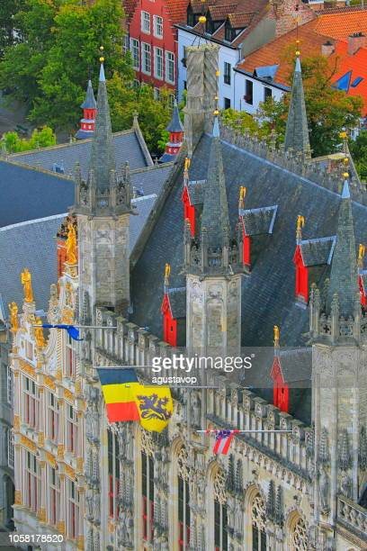 au-dessus de la place burg et hôtel de ville de bruges avec drapeaux belge – belgique - drapeau belge photos et images de collection