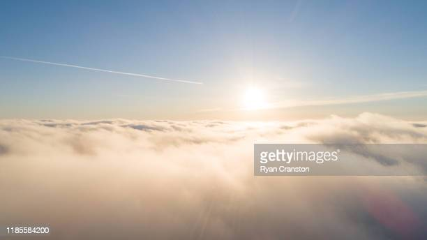 above cloud sunrise - sopra foto e immagini stock