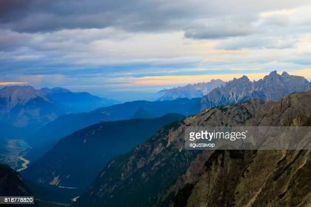 Über idyllische Nebel bedeckt Tre Cime di Lavaredo Pinnacle und Auronzo di Cadore See, massiv-Bergkette, Wolken über dem Pustertal, dramatischer Himmel in der stimmungsvolle Dämmerung, dramatischen Panorama und majestätischen Dolomiten, Italien Tirol Alpen